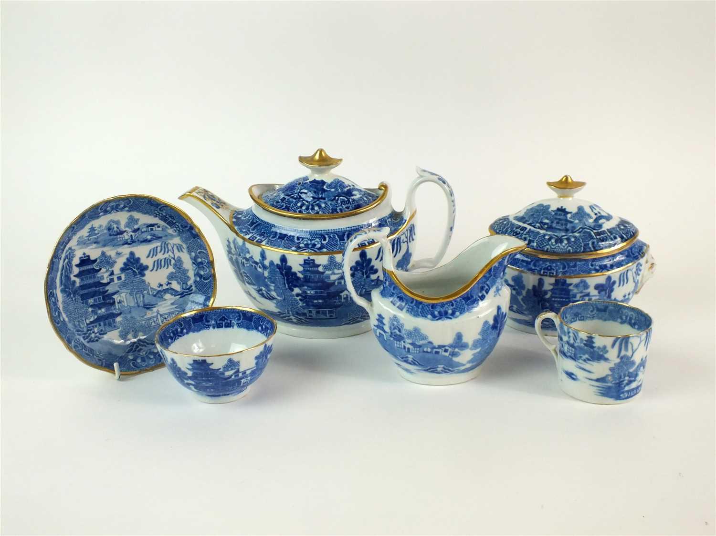 Lot 35 - A Caughley/Coalport tea service in the Pagoda pattern
