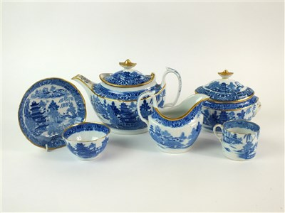 Lot 35 - A Caughley/Coalport tea service in the Pagoda pattern