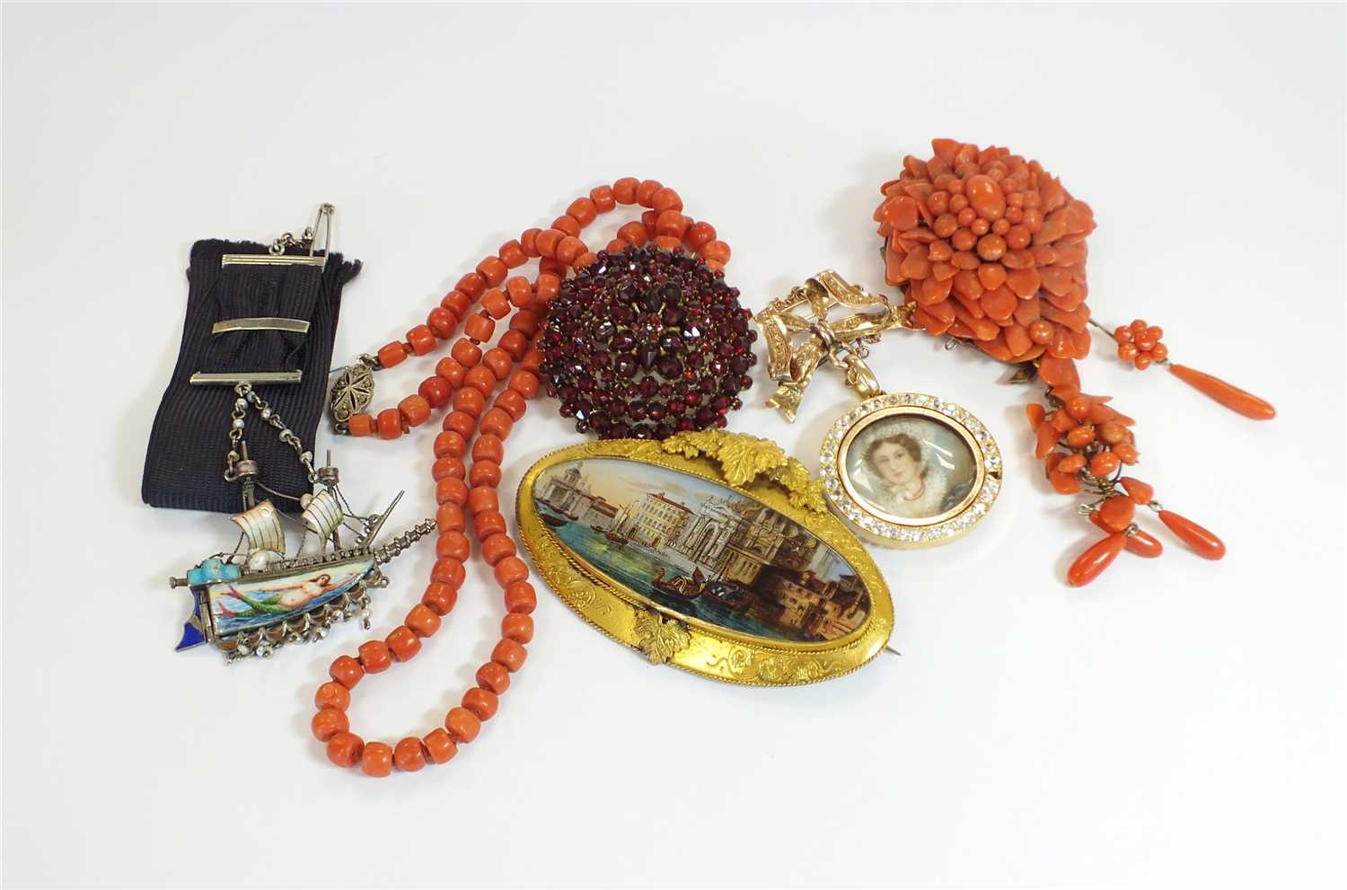Lot 22-A small collection of jewellery
