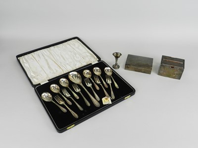 Lot 27 - A cased set of silver spoons and forks