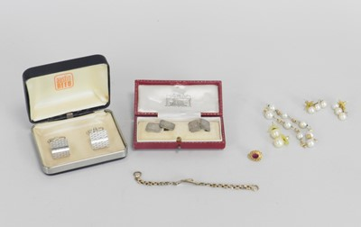 Lot 38 - A pair of cased silver cufflinks