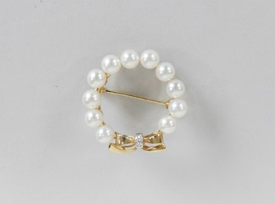 Lot 39 - A cultured pearl and diamond set wreath brooch