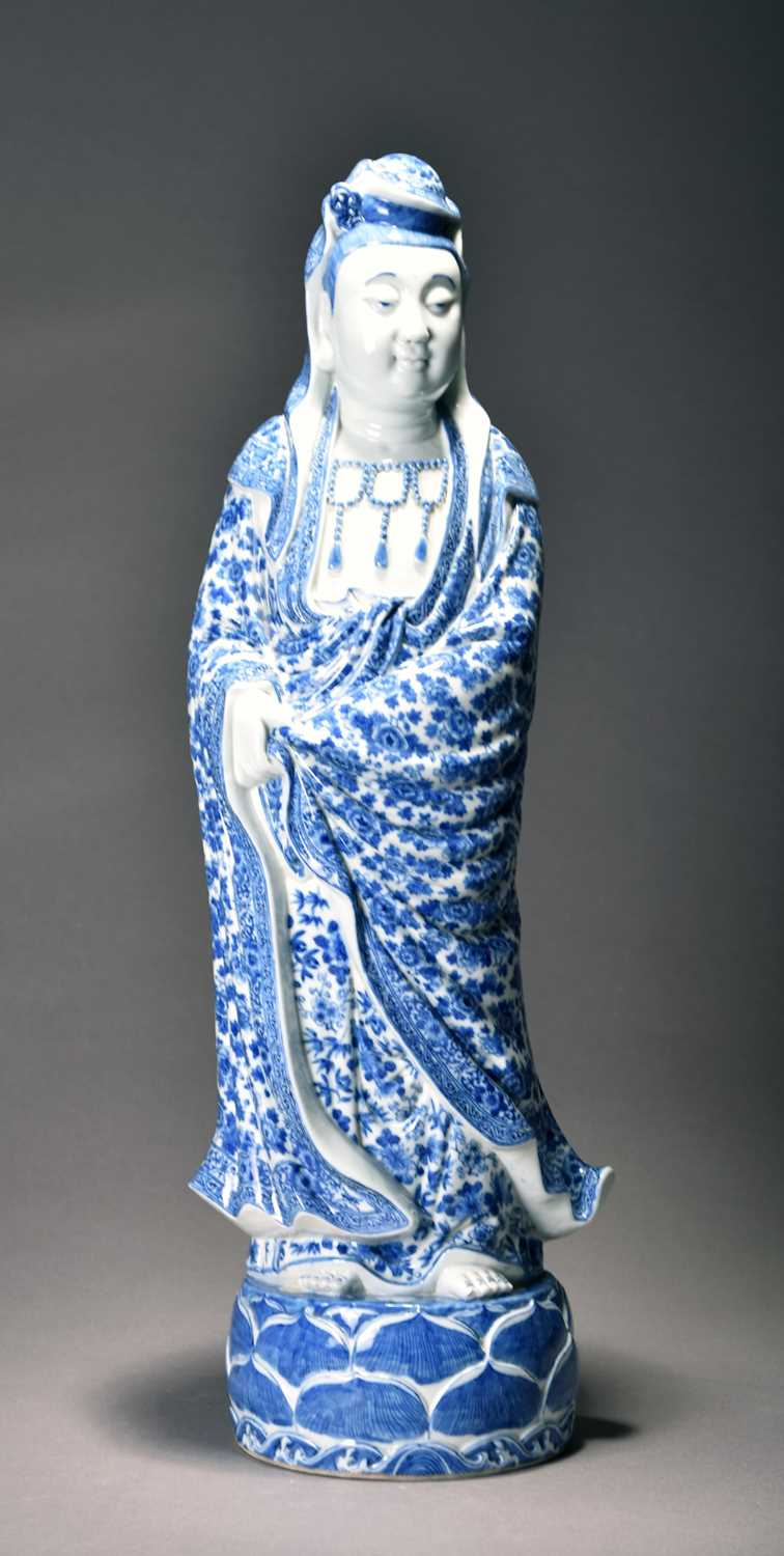 312 - A large Chinese blue and white figure of Guanyin, Qing Dynasty