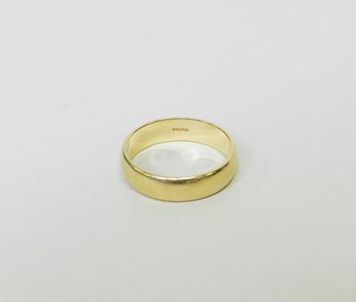 Lot 30 - An 18ct yellow gold plain polished wedding band