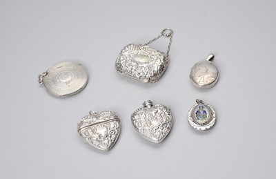 Lot 8 - A small collection of silver