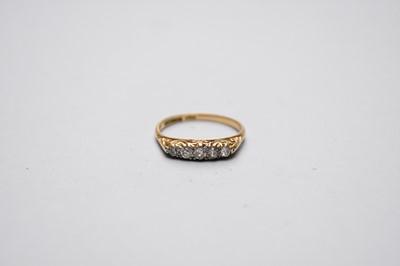 Lot 21 - A graduated five stone diamond ring