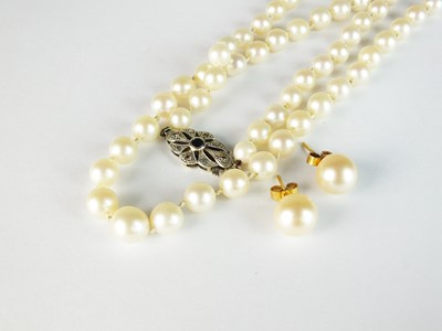 Lot 32 - A cultured pearl necklace and earrings