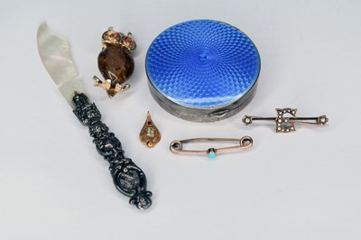 Lot 36 - A small collection of jewellery and silver