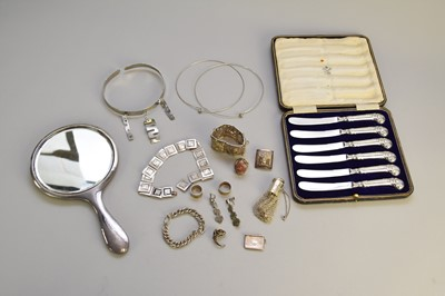 Lot 38 - A collection of jewellery and silver