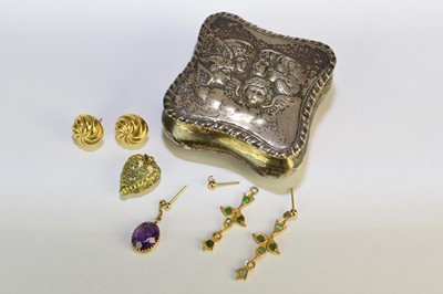 Lot 31 - A small collection of jewellery