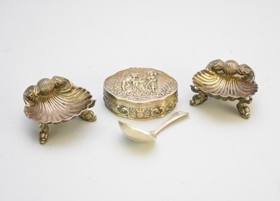 Lot 23 - A silver caddy spoon, a pair of silver salts and a silver box